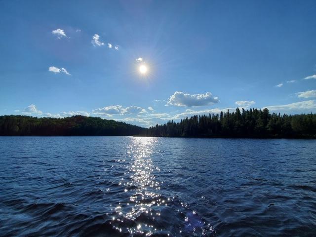 reflet pleine lune sur le lac au rudy